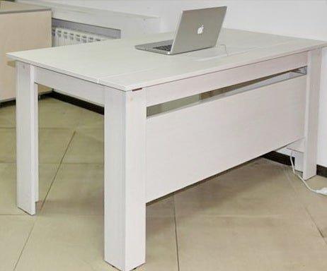 белый офисный стол с каналом для кабеля