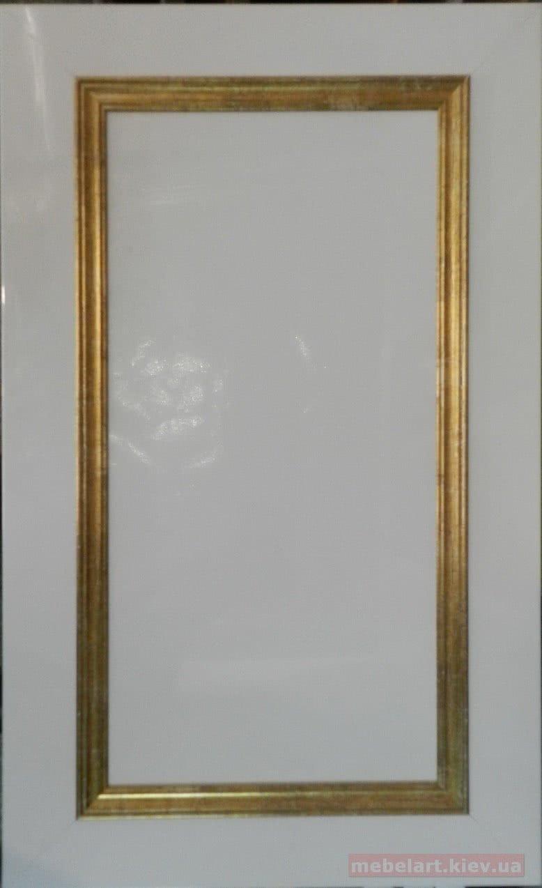 белый деревянный фасад с золотой коемкой