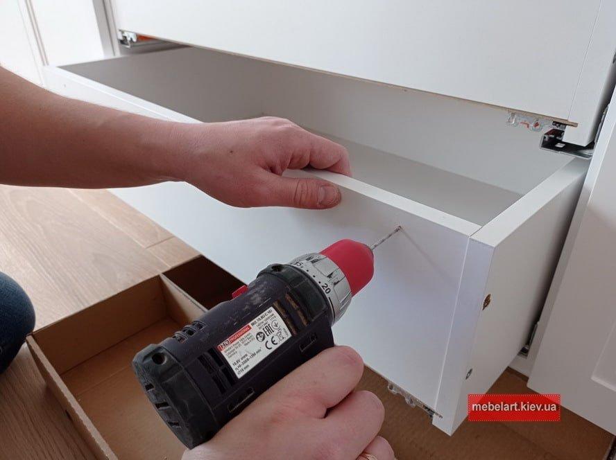 как установить выдвижные ящики в шкаф гостинной