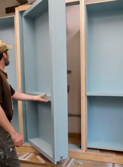 скрытая дверь в шкафу