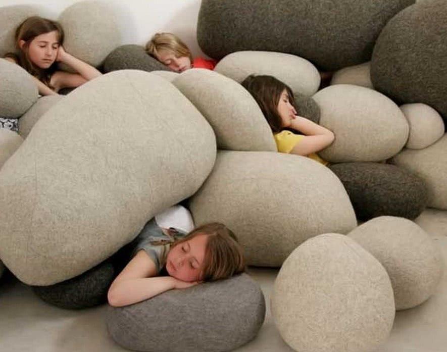 кровать в виде камней
