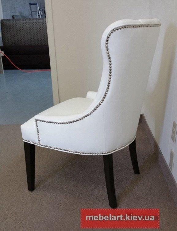кресло с заклепками белого цвета
