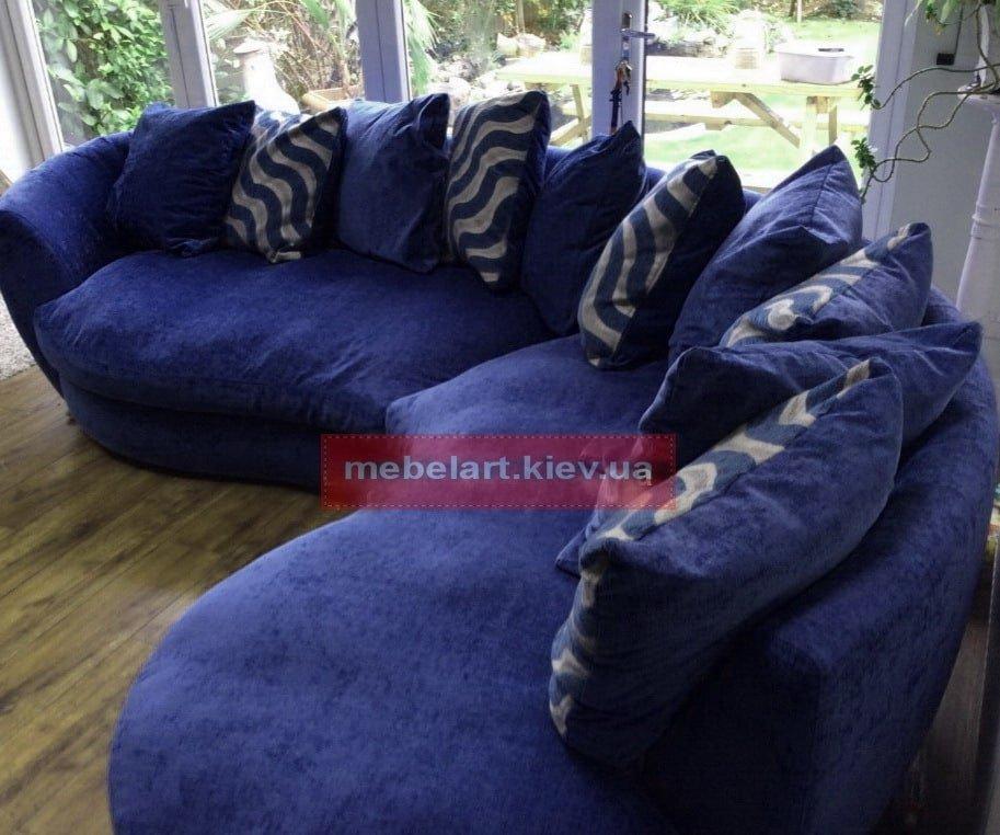 полукруглый синий диван для гостинной