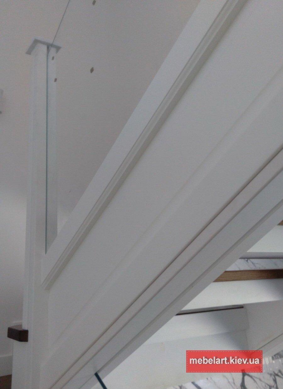 дубовая лестница с прозрачными перилами