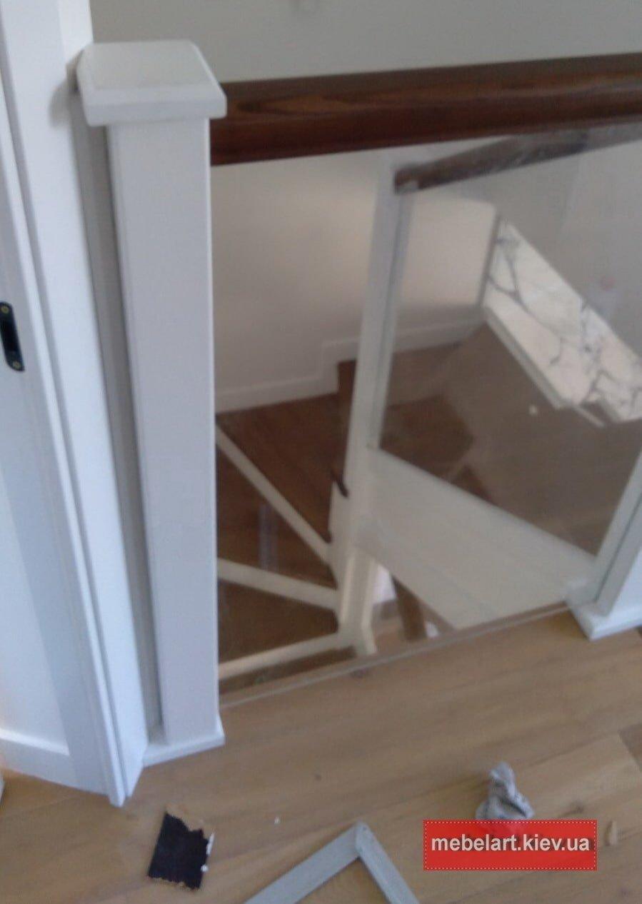 деревянная  Лестница со стеклянными ограждениями Киев