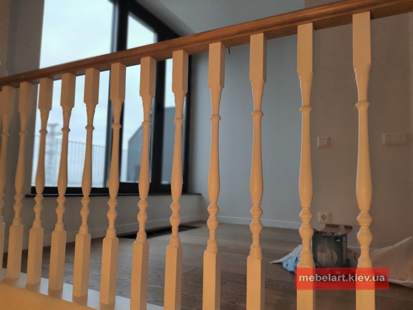 деревянные перила бетонной лестницы