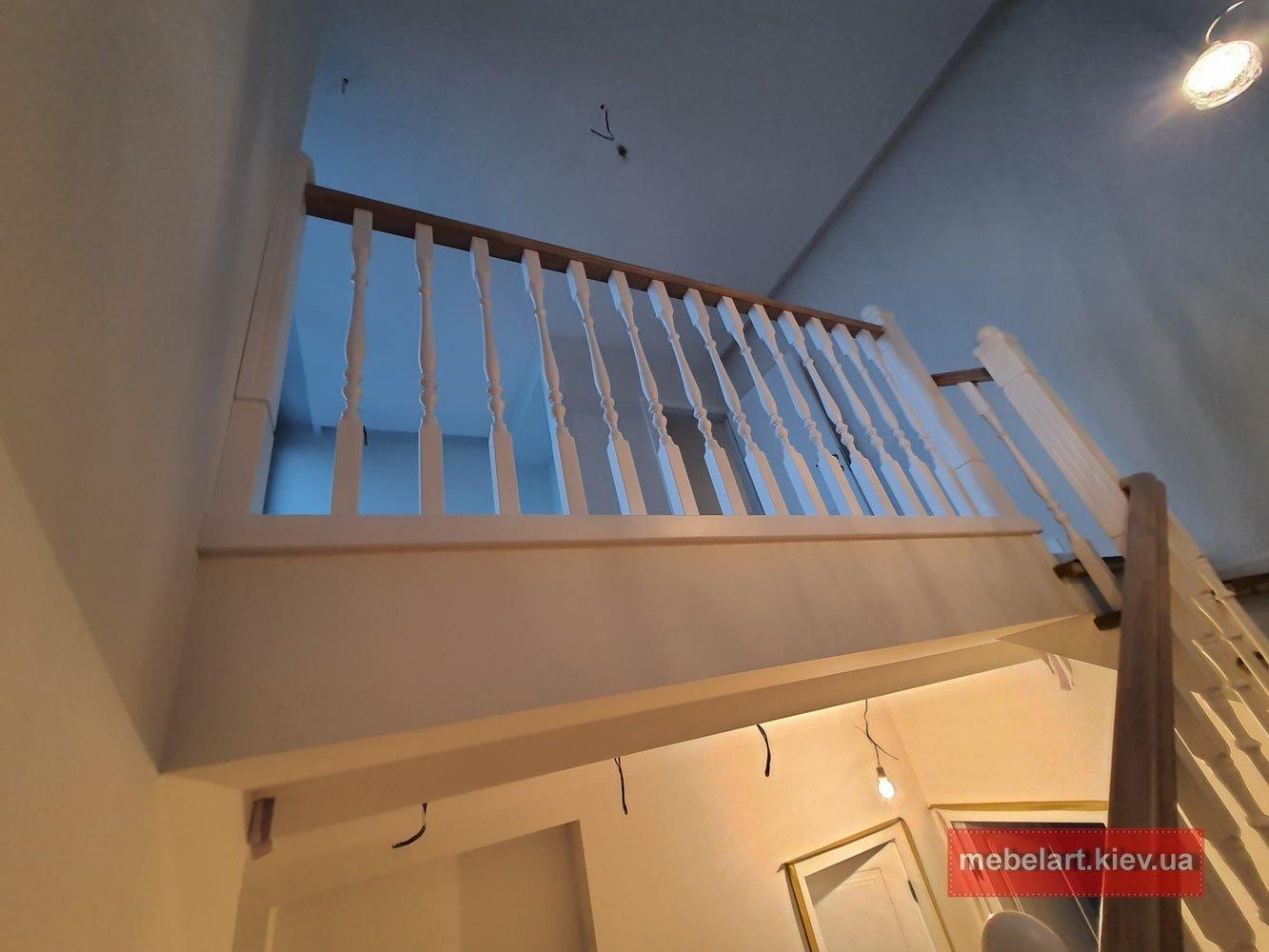 деревянные ограждения бетонной лестницы