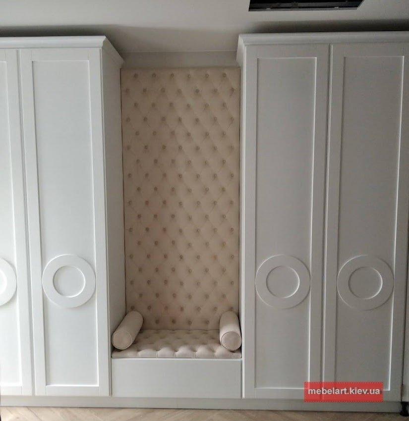 белый классический шкаф в коридор с мягкой сидушкой