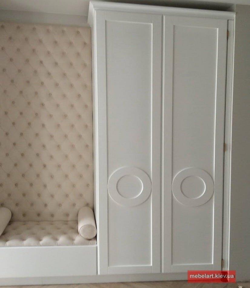 мебель для коридора  с деревянными белыми фасадами и сидушкой