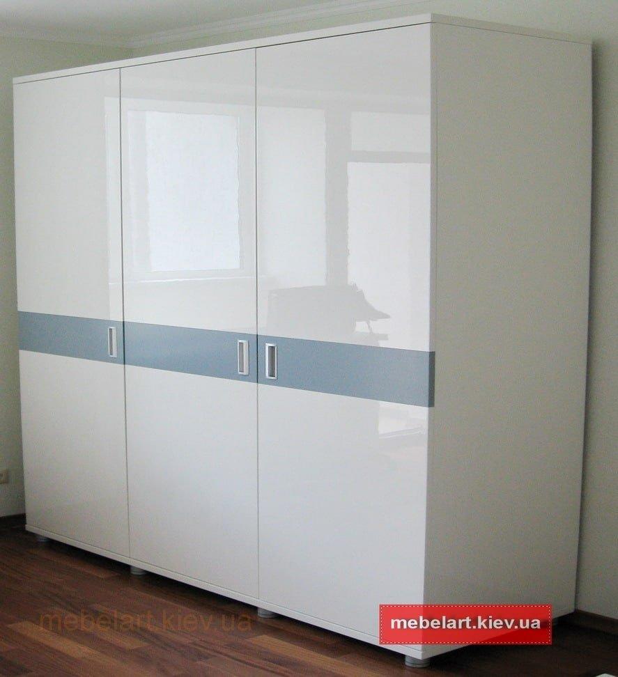 трехдверный шкаф в гостиную