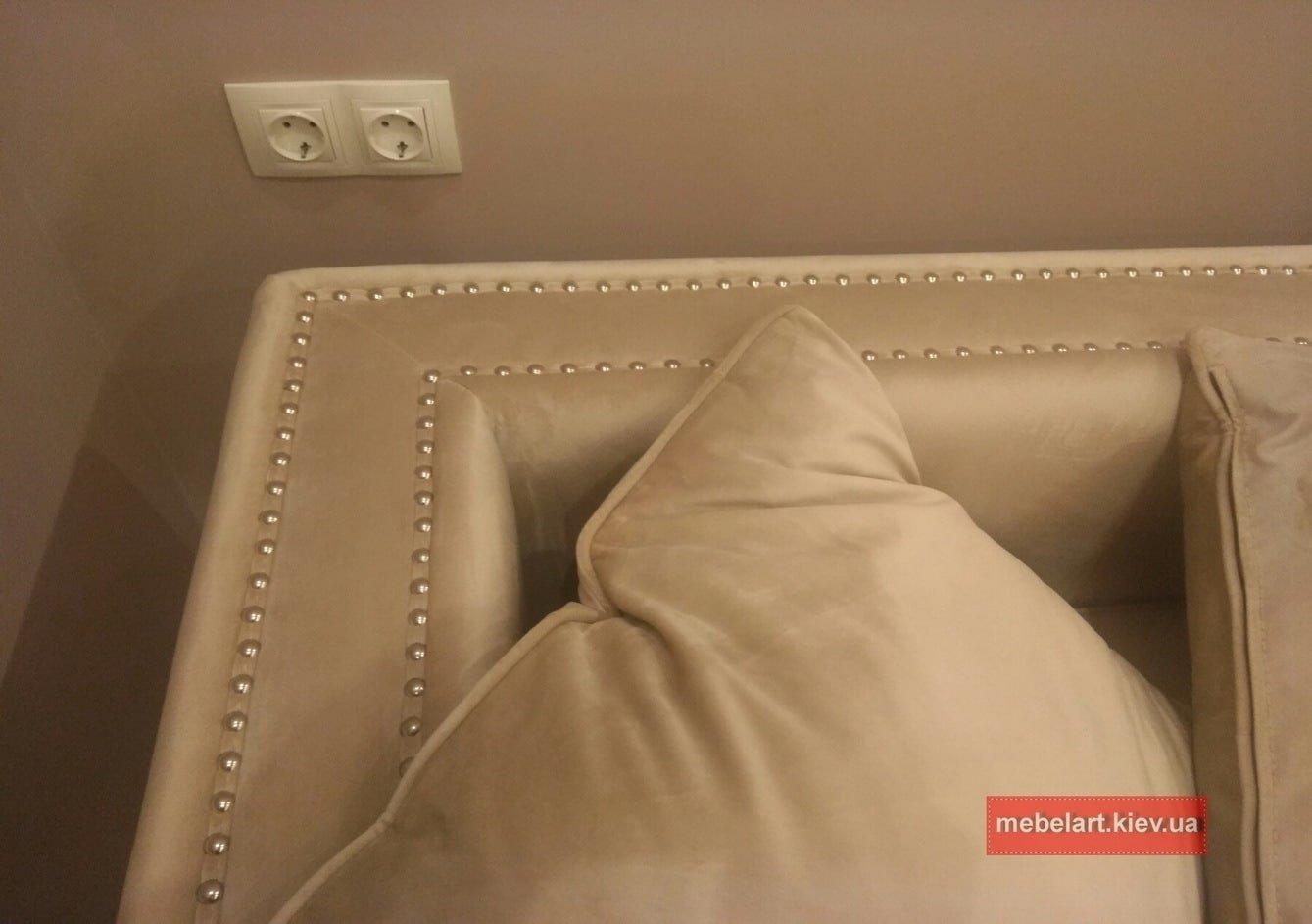 Кремово-бежевый  диван