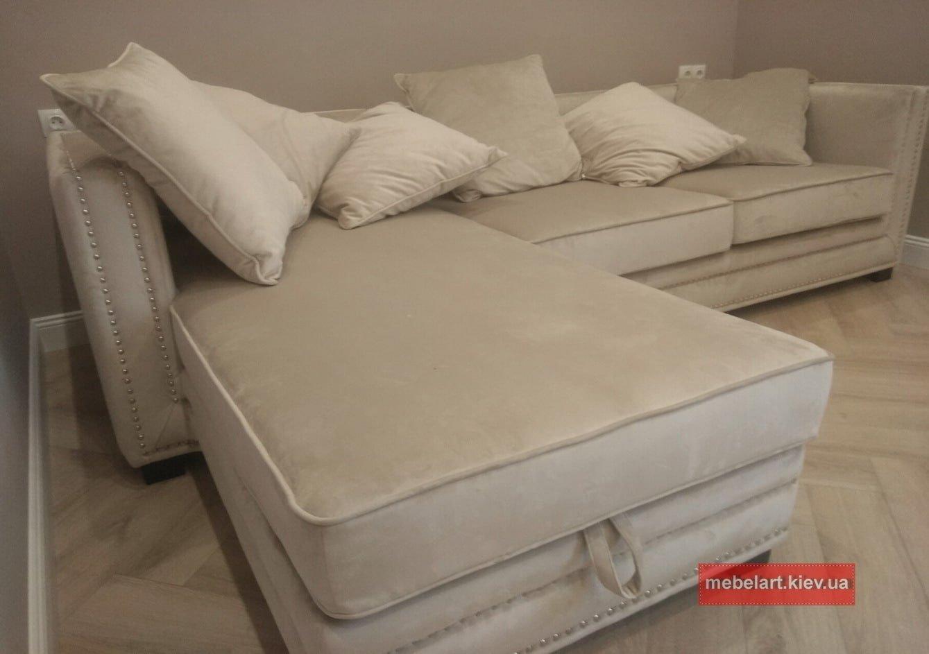 диван с гвоздиками