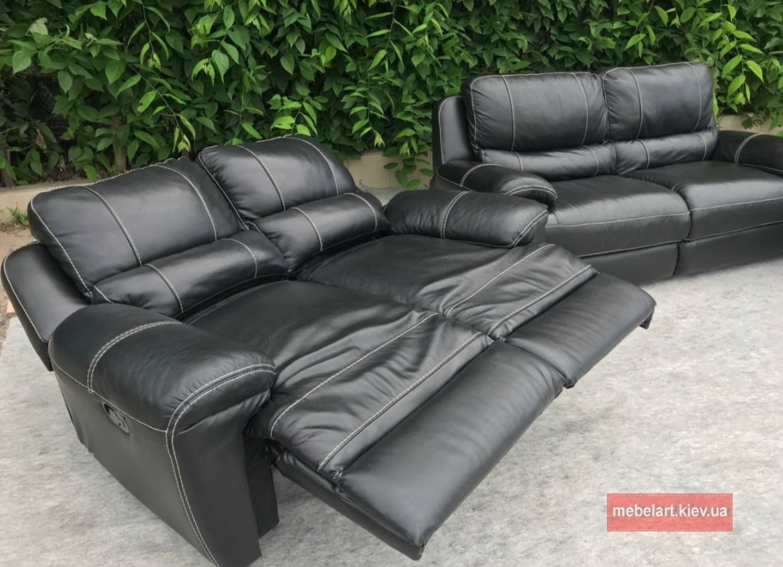 черный диван и кресло с реклайнером