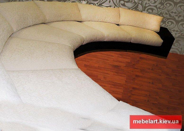полумесяцем диван белого цвета