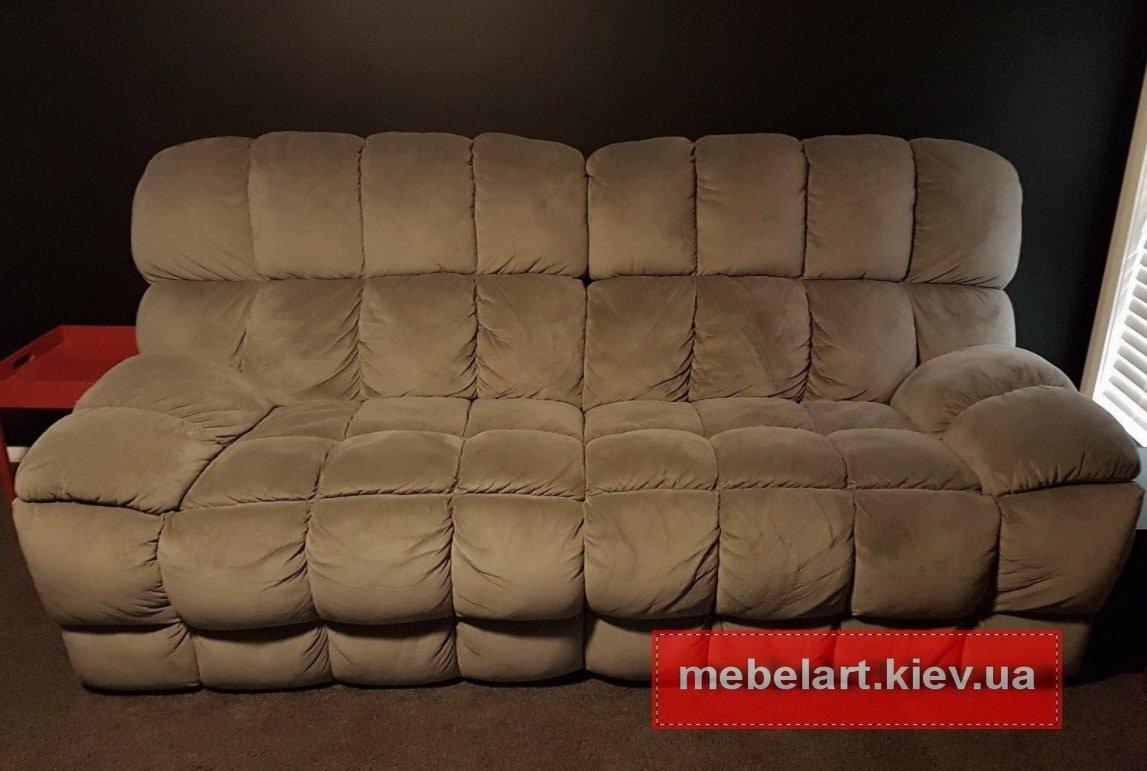 полосатый зеленый диван с подушками