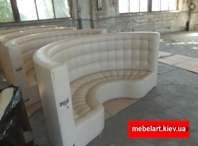 белый полукруглый диван