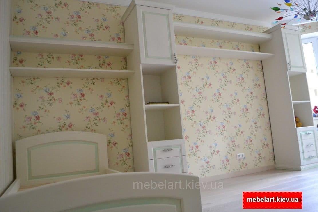 белый шкаф с белой кроватью