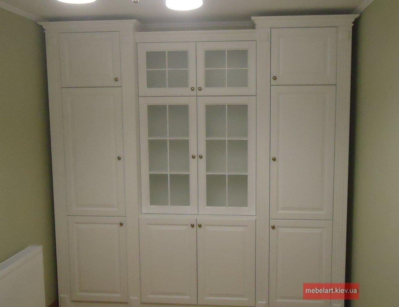 большой деревянный шкаф витрина