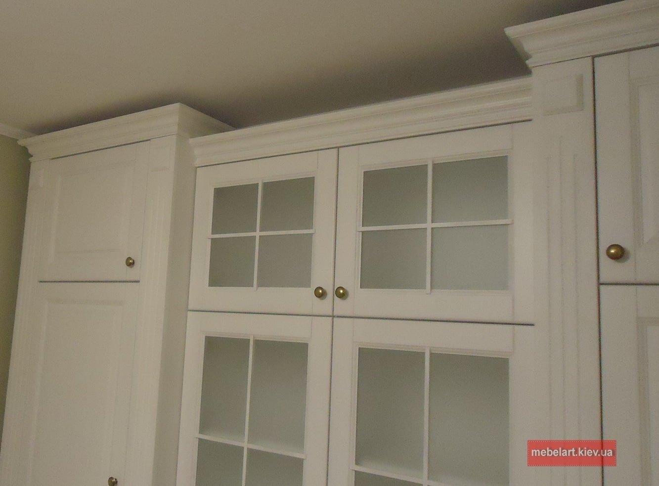 шкаф витрина под заказ из массива дерева