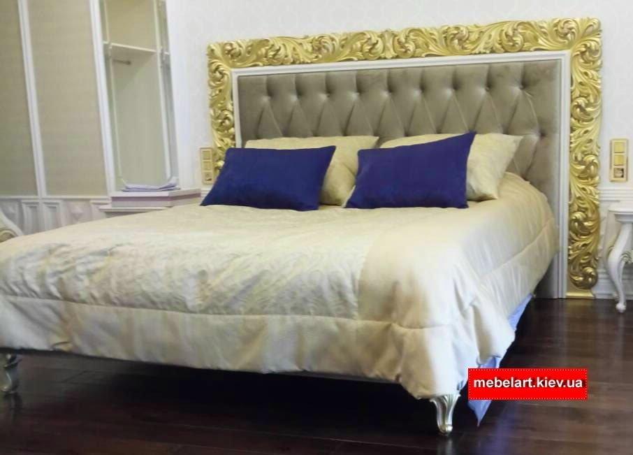 кровать с резьным изголовьем барокко