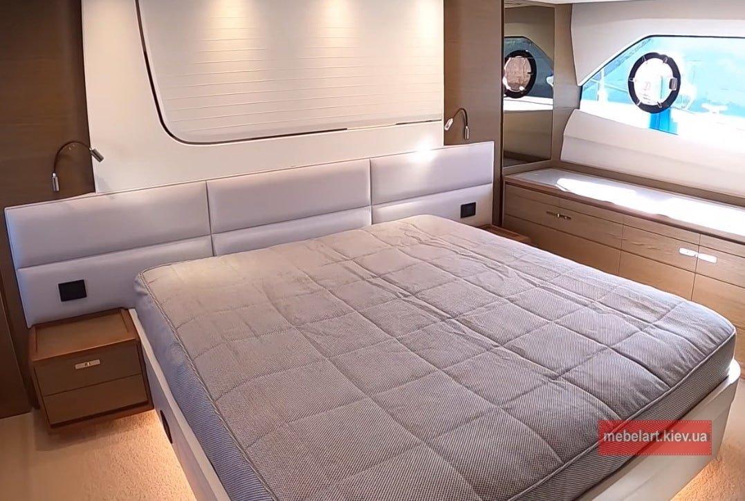 кровать с мягкими панелями для катера