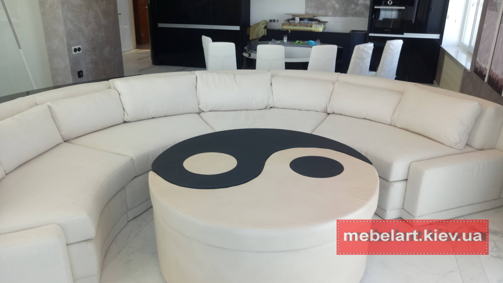 круглая мягкая мебель с круглым пуфом