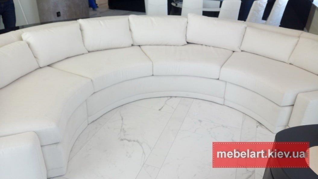 большой белый диван круглой формы