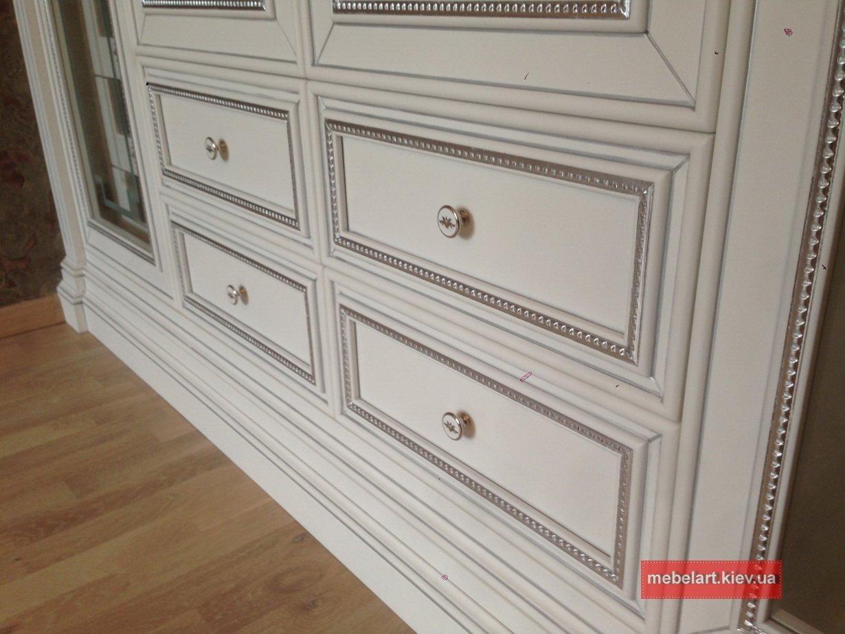 большой элитный шкаф с распашными деревянными дверями на заказ