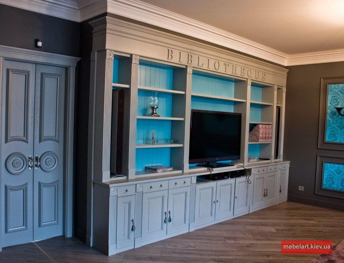 большой элитный шкаф с распашными деревянными дверями
