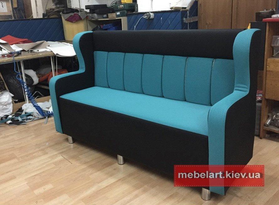 синий прямой диван в кафе