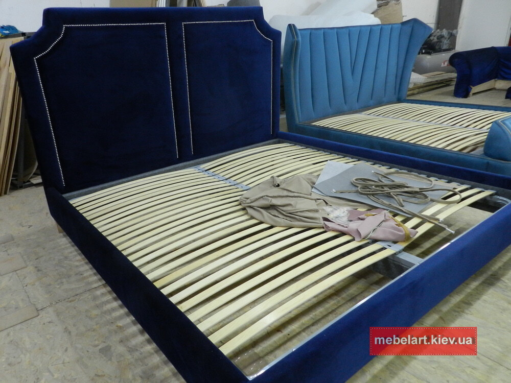 синяя мягкая кровать с изголовьем Одесса