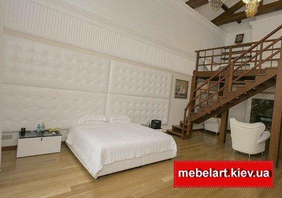 гигантская кровать белого цвета
