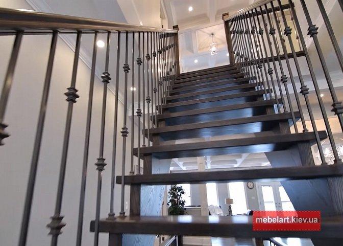 дерев'яні сходи на металлокаркасе