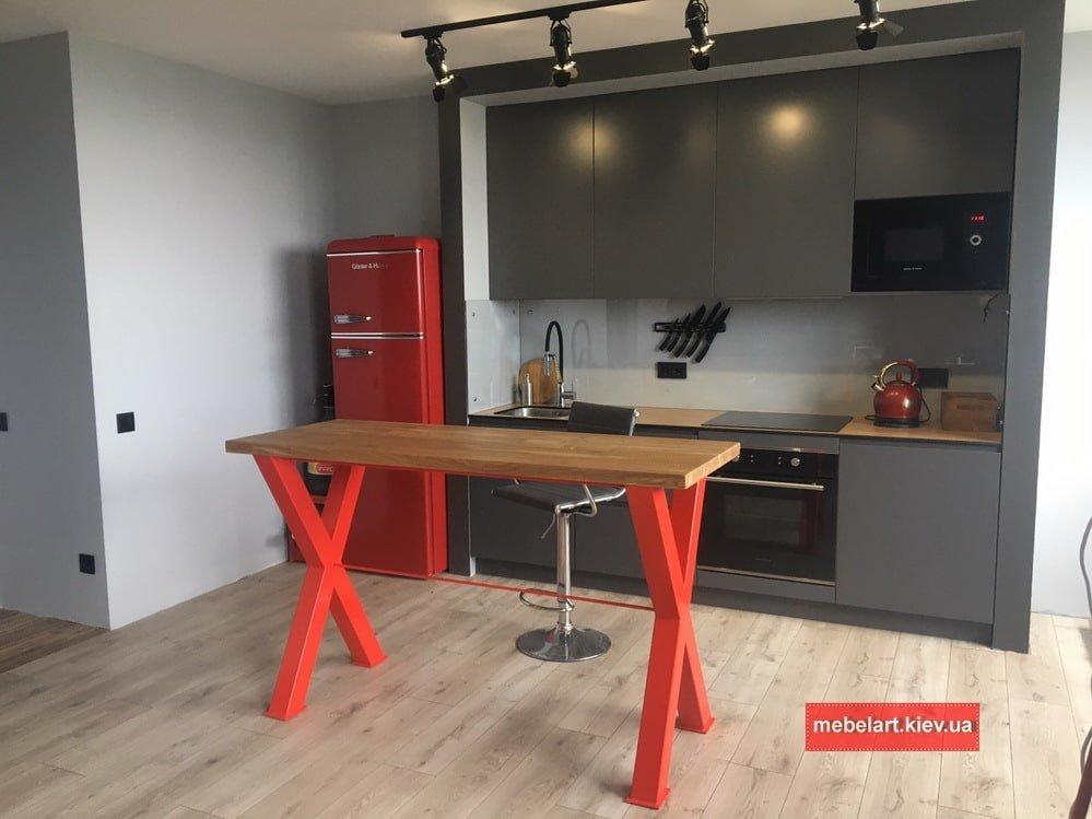 красный кухонный стол в стиле лофт с деревянной столешницей