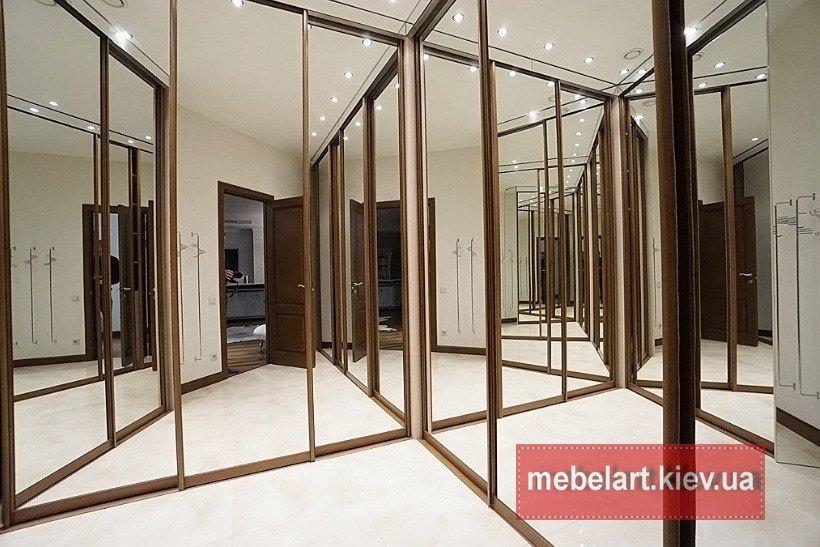 угловой современный  зеркальный шкаф купе в коридор